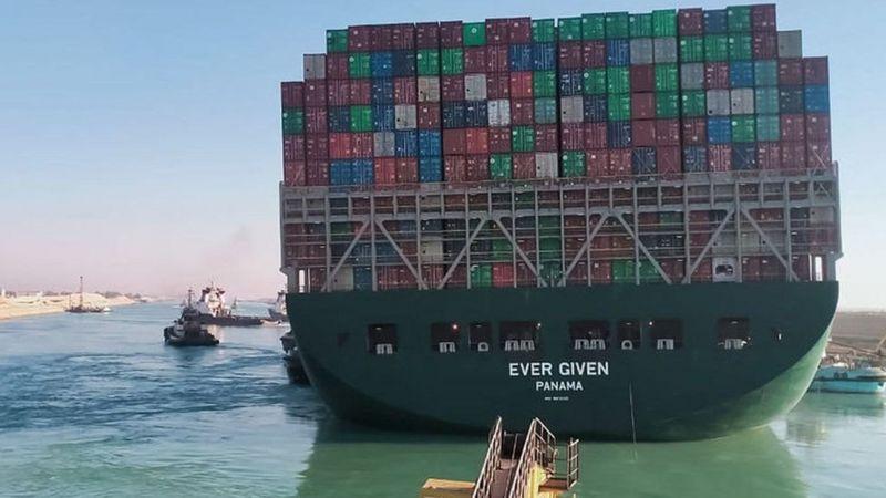 اعادة تعويم السفينة العملاقة الجانحة في قناة السويس