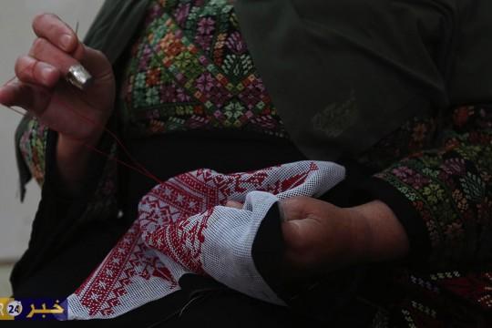 الحاجة رسمية السويطي من مدينة دورا جنوب الخليل تحافظ على الهوية الوطنية والتراث الفلسطيني بالتطريز اليدوي الابداعي