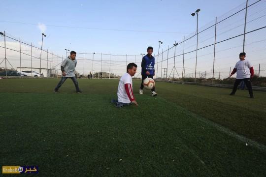 الشاب شحاتيت بلا أرجل ولا أيدي طبيعية يحمل البكالوريوس ويهوى كرة القدم