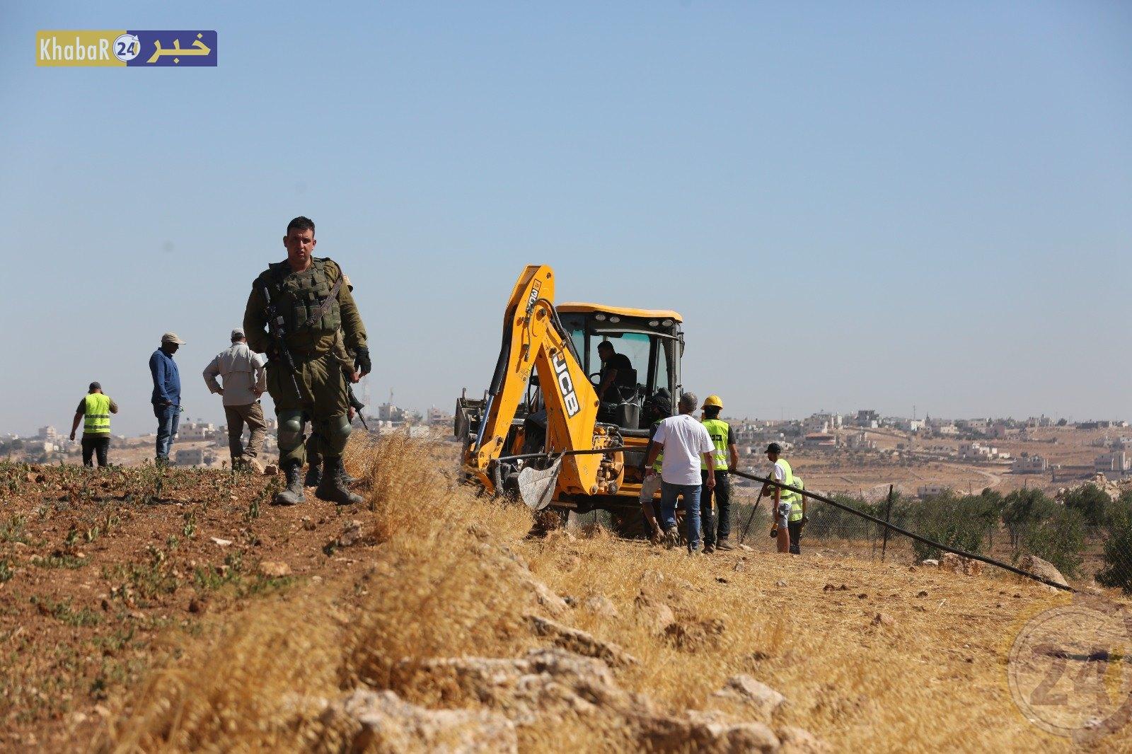 الاحتلال يعتقل مواطنيّن من يطا ويدمر شبكة المياه في قرية الجوايا
