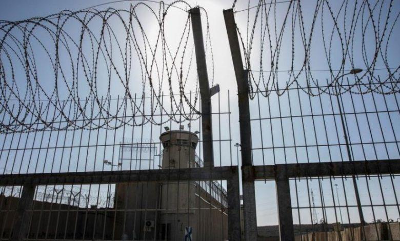 7 أسرى يعلقون إضرابهم المفتوح عن الطعام