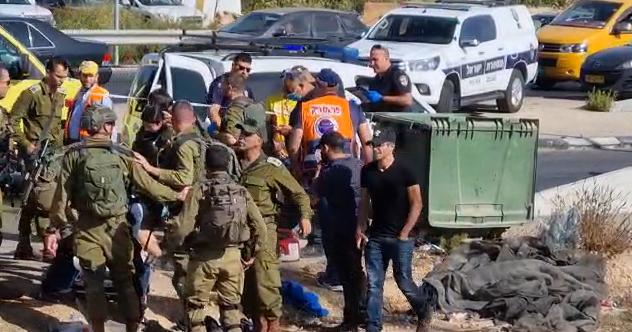 """بالفيديو: إصابة شاب برصاص الاحتلال على دوار""""عتصيون"""" شمال الخليل"""
