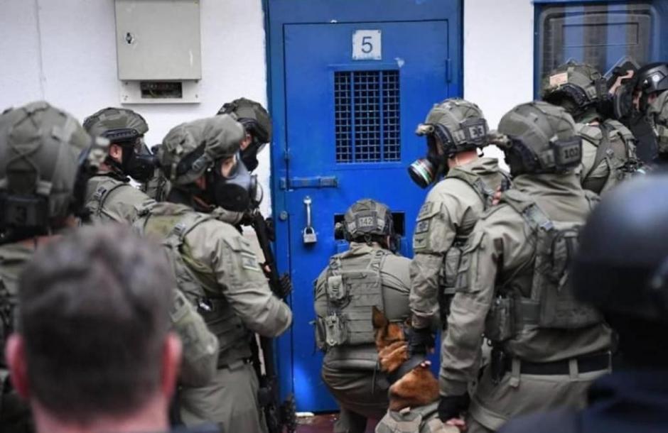وحدات القمع تقتحم قسم (10) بمعتقل النقب وتجري تفتيشات استفزازية