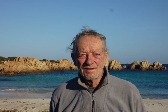 طرد رجل إيطالي عاش بجزيرة لوحده 31 عاماً