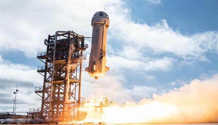 الملياردير جيف بيزوس يعود من رحلته سياحية للفضاء.