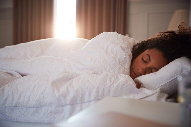 دراسة: تناول السكر في وقت متأخر من الليل يؤثر على النوم