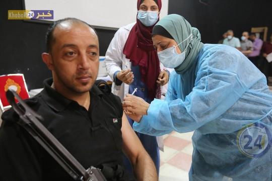 تطعيم المواطنين و موظفي المؤسسات الخدماتية بطعم كـورونا في صحة جنوب الخليل