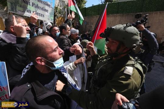 الاحتلال يقمع مسيرة سلمية في الخليل تندد بمجزرة الحرم الابراهيمي