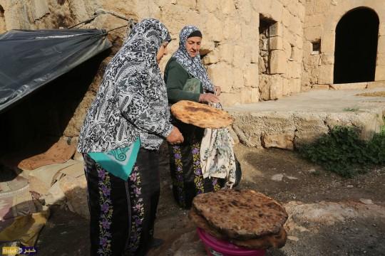 الحاجة جازيه ابو كباش 80 عاما والحاجه غزلان ابو كرش من بلدة السموع جنوب الخليل تعد خبز الطابون