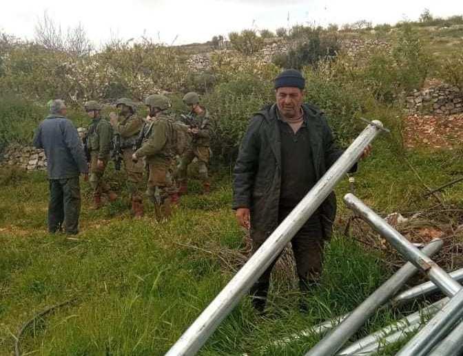 """قوات الاحتلال تطرد عائلة من """"بيت أمر"""" من أرضها وتمنعها من زراعتها"""