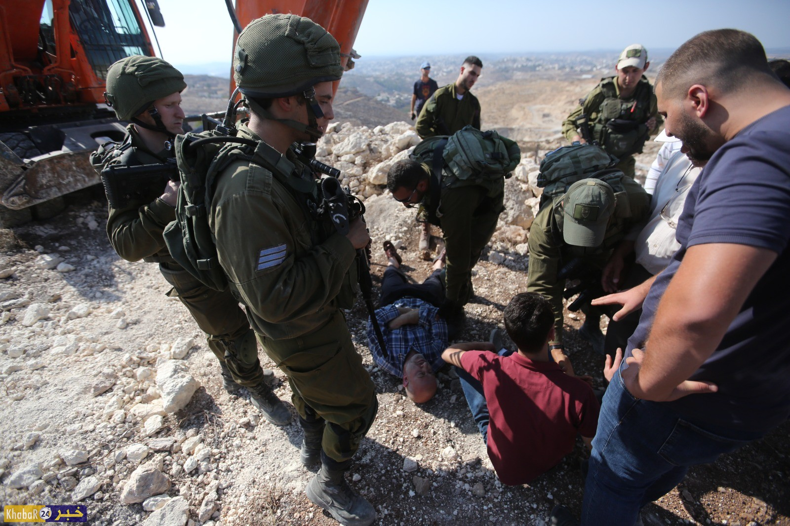 قوات الاحتلال تمنعشق شارع زراعي في اراضي المواطنينببلدة دورا وتصادر حفارا