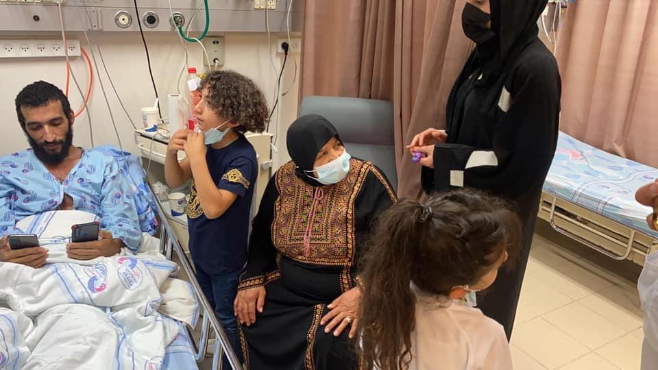الاسير كايد الفسفوس يلتقي عائلته للمرة الأولى منذ إضرابه عن الطعام قبل 92 يوما