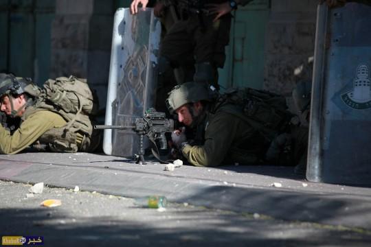 صور.. مواجهات مع قوات الاحتلال وسط الخليل
