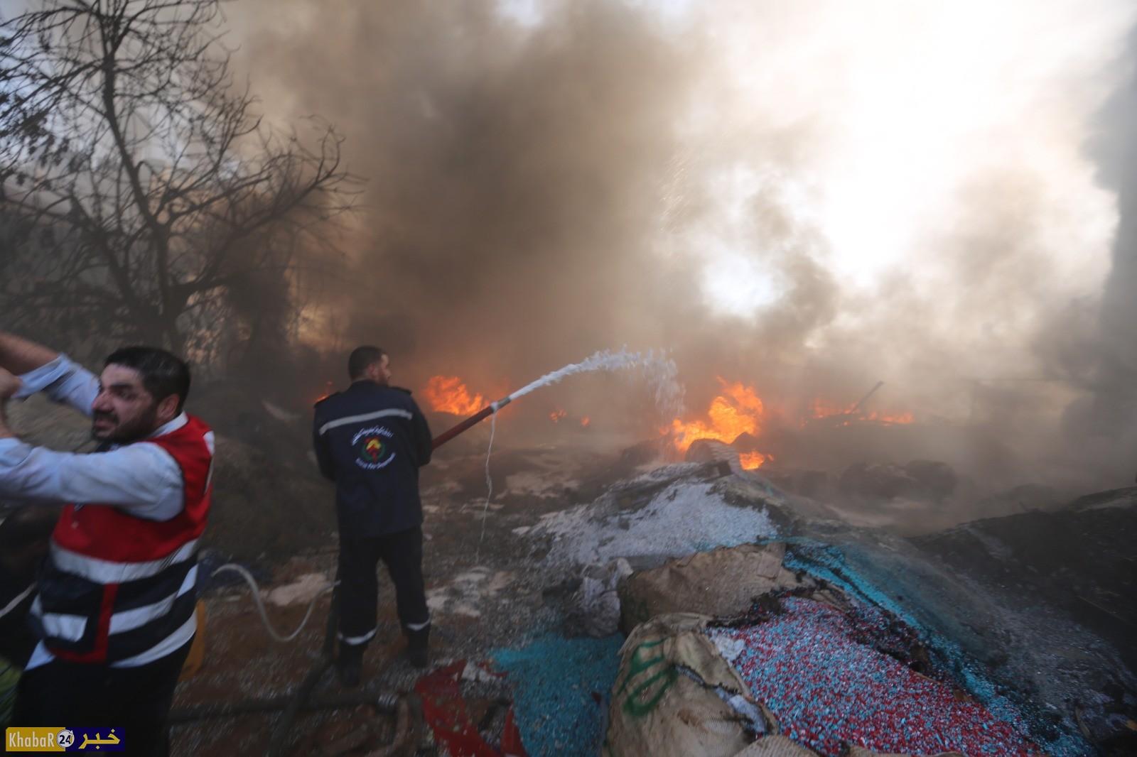 بالفيديو والصور.. إخماد حريق كبير في مصنع بلاستيك بوادي الهرية جنوب الخليل