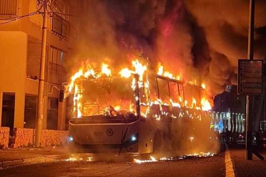 متظاهرون يهود متشددون يعتدون على سائق حافلة عربي ويحرقوا حافلة احتجاجا على الإغلاق