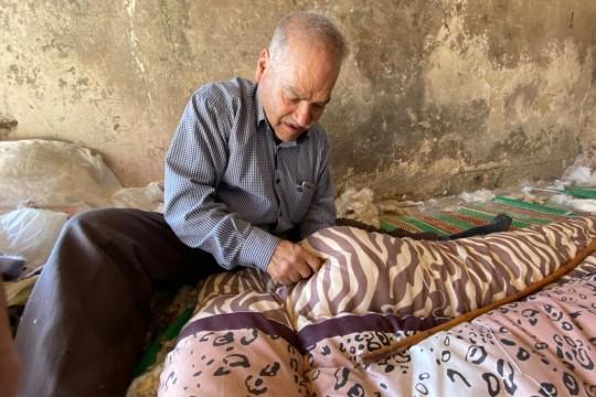 أبو نعيم بلالم .. 50 عام في مهنة التنجيد العربي في الخليل