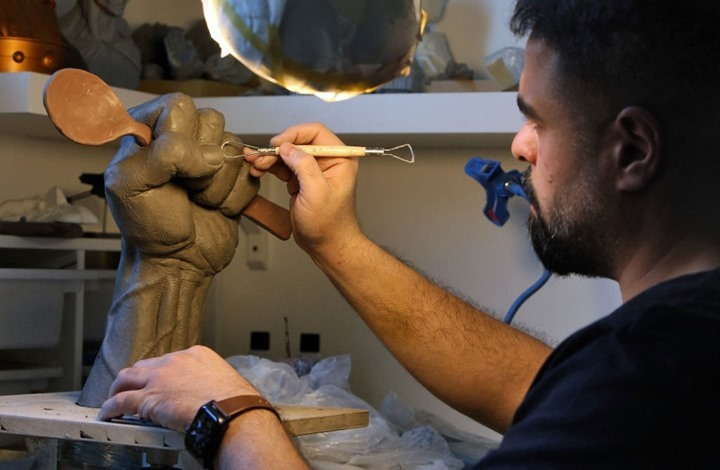 """فنان كويتي يبدع منحوتة """"ملعقة الحرية"""" إهداء لأسرى """"نفق جلبوع"""""""