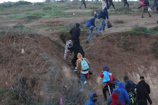 عمال فلسطينيون يتحدون الصعاب والمخاطر للوصول الى اماكن عملهم داخل الخط الاخضر