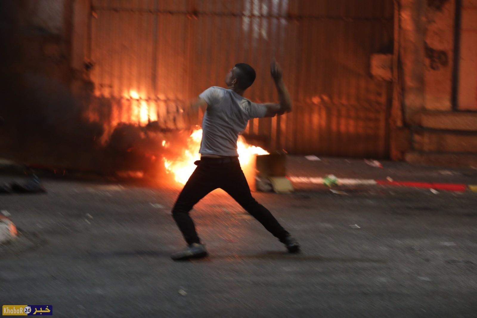 مواجهات بين قوات الاحتلال والشبان الغاضبين نصرة للأسرى وسط مدينة الخليل الليلة