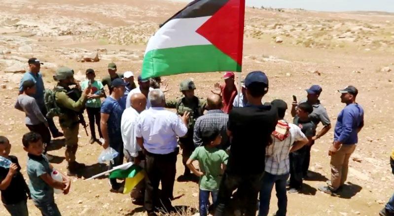 قوات الاحتلال تمنع المواطنين من الوصول الى اراضيهم المهددة بالمصادرة في مسافر يطا جنوب الخليل