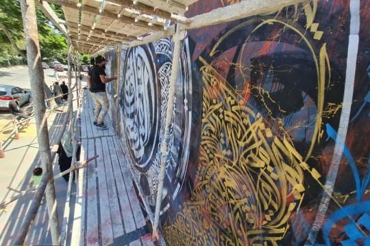"""لوحة """"تلغرافي"""" في غزة بطول 50 مترا تجسد حياة الفلسطيني المقاتل أنجزها الفنان بلال خالد خلال 4 أيام"""