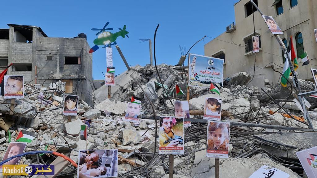 معرض صور للشهداء الأطفال على ركام المنازل المدمرة خلال العدوان الاخير على قطاع غزة