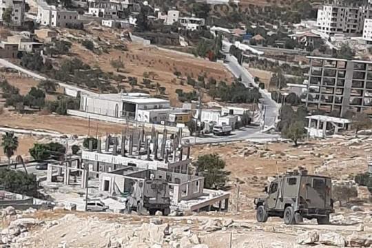"""قوات الاحتلال تقتحم """"دار صلاح"""" وتداهم منزل أسيرين"""
