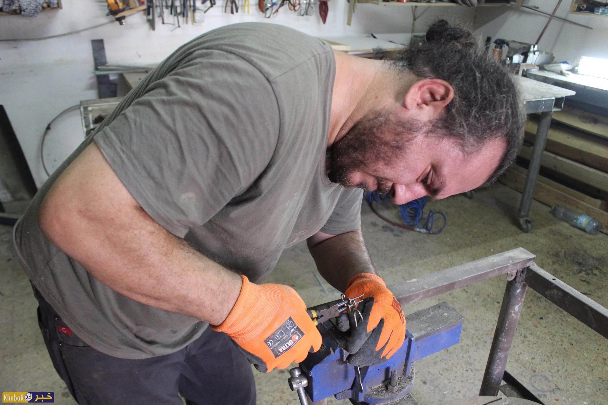 فنان من بيت لحم ينتج تحفا فنية من مخلفات الزجاج والخشب والحديد