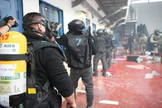 قوات الاحتلال تقتحم قسم (7) وتعتدي على المعتقلين في سجن مجيدو