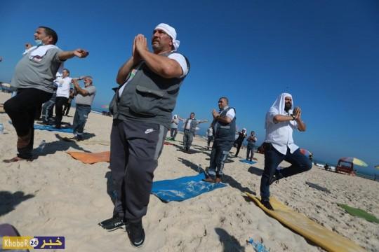 """رياضة """"اليوغا"""" على شاطئ بحر غزة"""