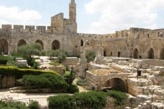 نقش باللغة العربية يعيد كتابة تاريخ قلعة القدس الأثرية