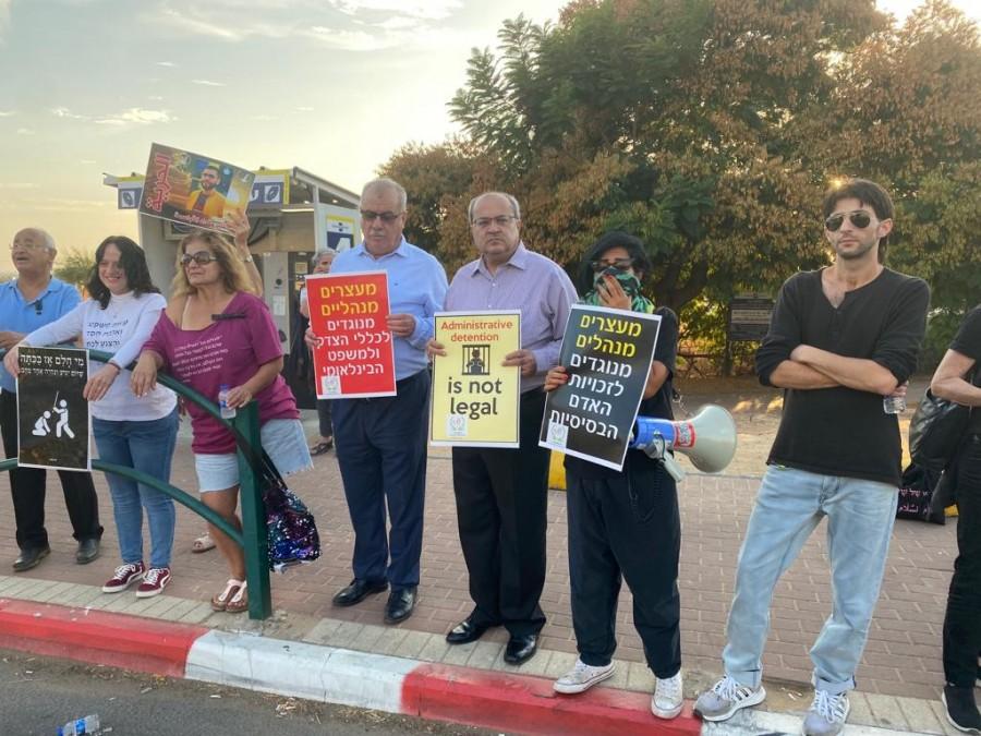 """وقفة تضامنية مع الأسرى المضربين عن الطعام أمام مستشفى """"كابلان"""""""