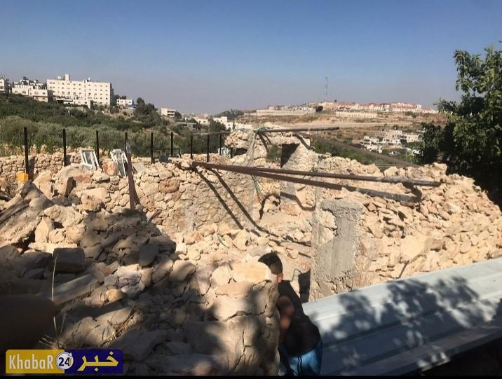 بالصور- الاحتلال يجبر مواطنا على هدم غرفة زراعية في بلدة الخضر