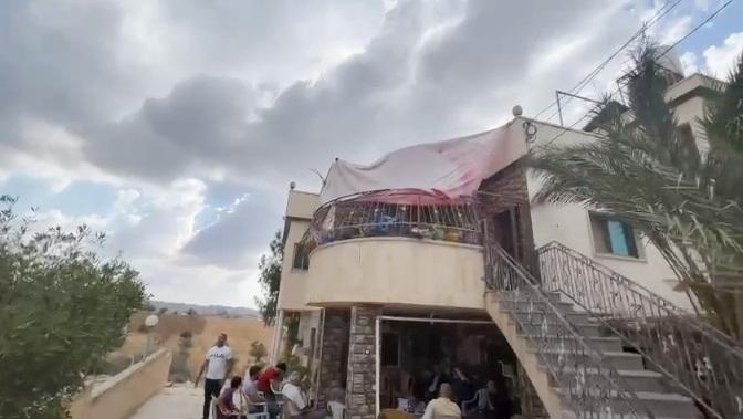 بالفيديو: مجهولون يطلقون النار على منزل ضابط معتقل على خلفية وفاة نزار بنات في قرية المجد بمحافظة الخليل