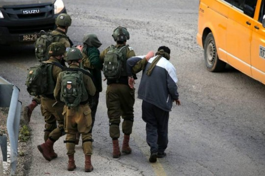 الاحتلال يعتقل شابا من بلدة بيت فجار