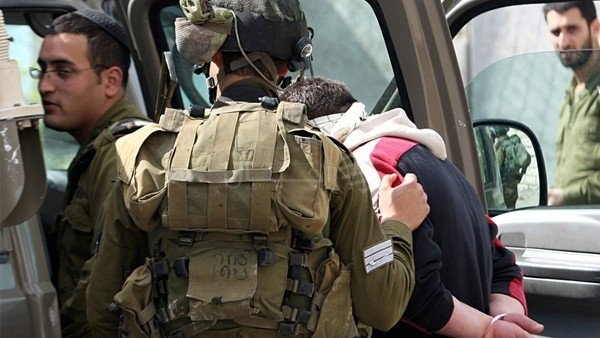 الاحتلال يعتقل 8 مواطنين من الضفة بينهم سيدة