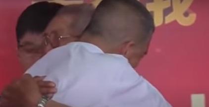 صيني يلتقي والده بعد 58 عاما من الاختطاف