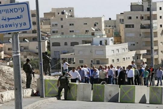 الاحتلال يقتحم بلدة العيسوية في القدس ويزيل رايات لفصائل وطنية