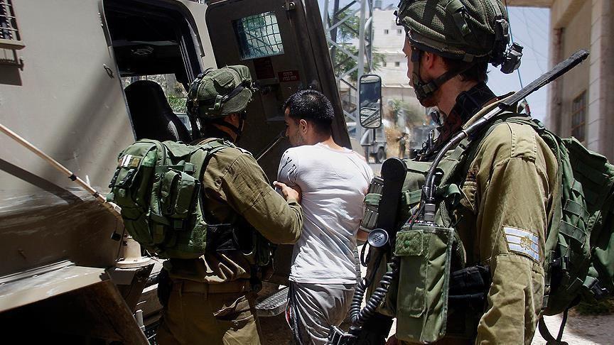 قوات الاحتلال تعتقل 18 مواطنا من الضفة وتسرق مصاغا ذهبيا وأموالا من الخليل