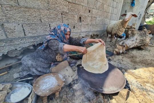 """غزة..مائدة عيد الأضحي تكتمل بخبز """"الصاج أو الفطاير"""""""