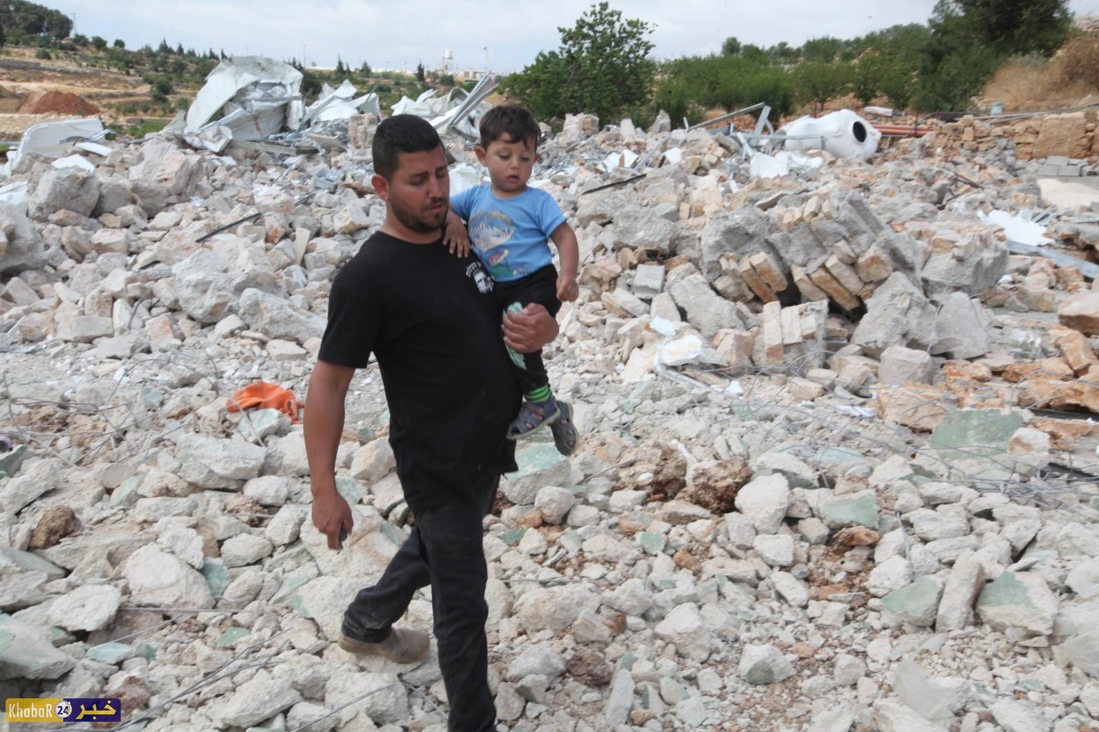 الاحتلال يهدم منزل ويوزعاخطارات بالهدم في بيت أمر ويطا بمحافظة الخليل