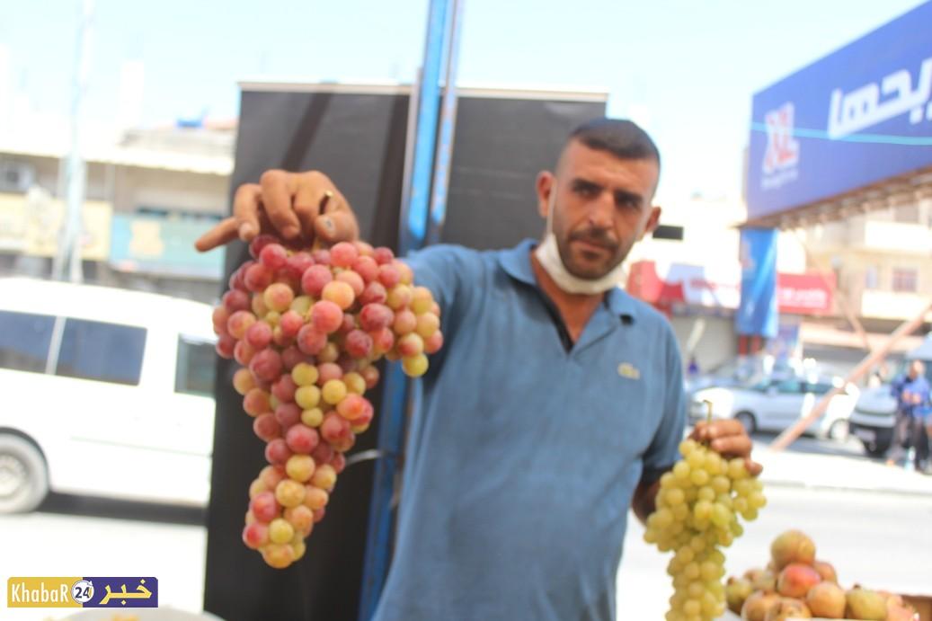 بالصور.. سوق العنب في الخضر فرصة لترويجه ومساعدة المزارعين على بيعه