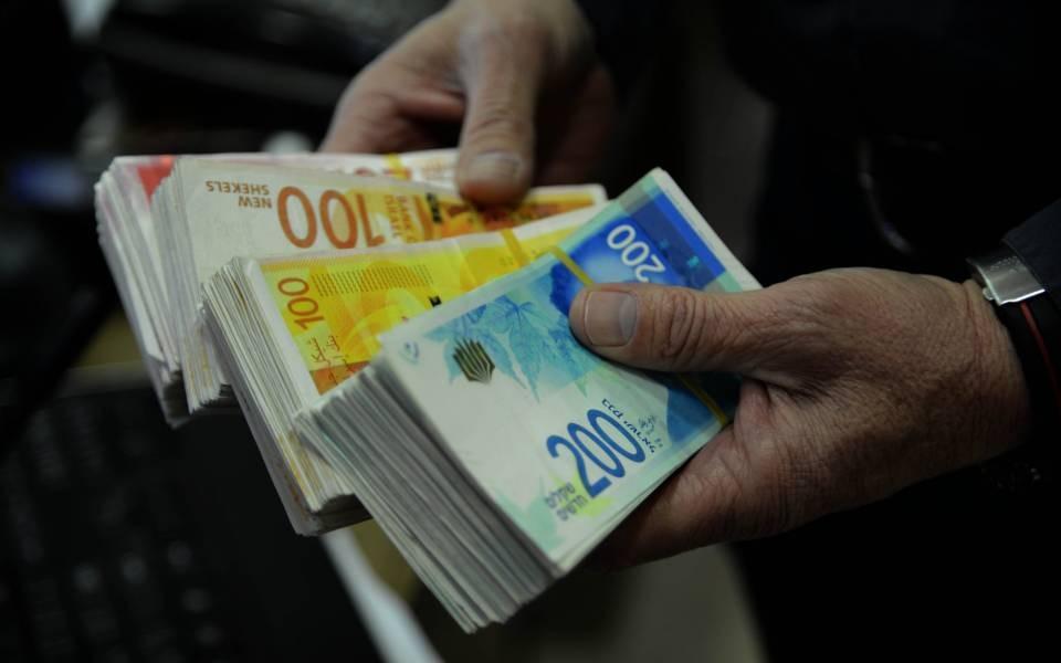 """""""الشؤون المدنية"""": اعتبارا من الاحد سيتم ترحيل اول شحنة من فائض الشيكل إلى البنوك الاسرائيلية"""