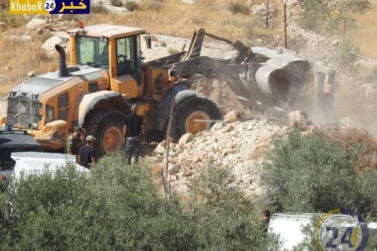 بالفيديو والصور: الاحتلال يهدم حظيرة أغنام وغرفة زراعية جنوب الخليل