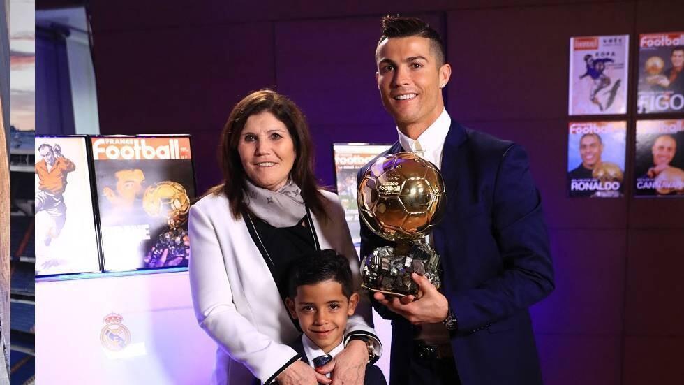والدة رونالدو: ابن كريستيانو أفضل منه وأتمنى رؤيته بهذا النادي