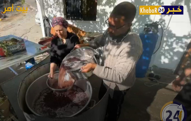 نجلاء ابو عياش تعمل على صناعة الدبس من كروم العنب الخاصة بها في بيت أمر