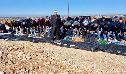 مواطنون يؤدون صلاة الجمعة على الشارع الذي جرفه الاحتلال شرق طوباس