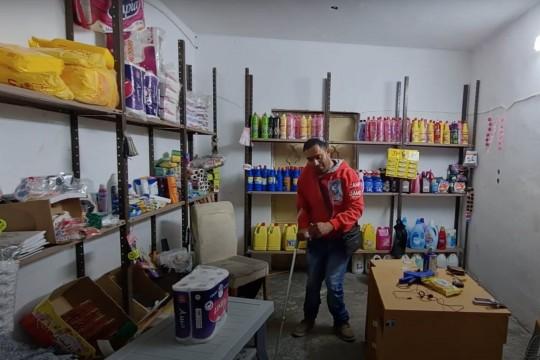 قصة كفاح المواطن ماجد مصاروة من عتيل الذي يعاني من اعاقات حركية ويعمل كبائع متجول