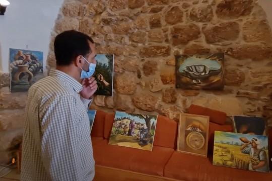 ريشة الفنان التشكيلي مراد دروبي ترسم لوحات تعالج قضايا متعددة منذ 25 عاماً