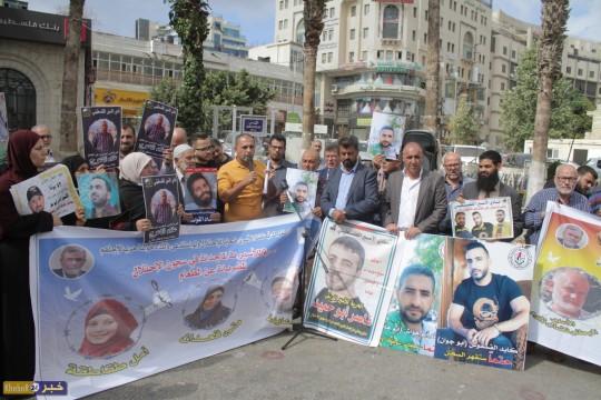 وقفة تضامن مع الأسرى في وسط رام الله .. الوضع الصحي للمضربين عن الطعام خطير جدا
